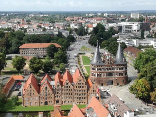 Holstentor und Salzspeicher - Lübeck